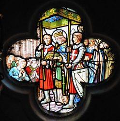 Vitrail trèfle dans la chapelle de la Sainte-Epine